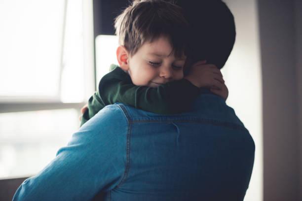 soñar con abrazos por la espalda