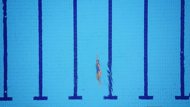 soñar con nadar en agua sucia