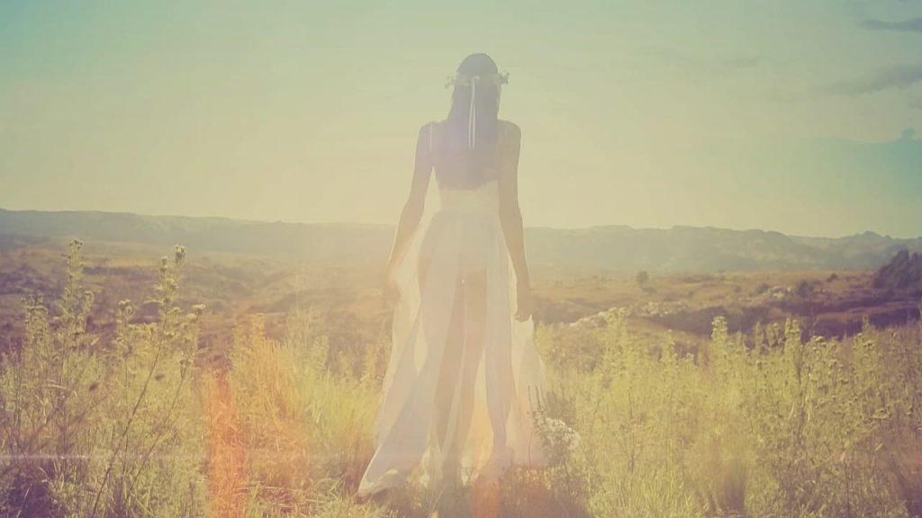 soñar con vestido blanco con perlas