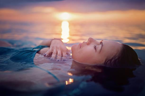 soñar con el mar nadando