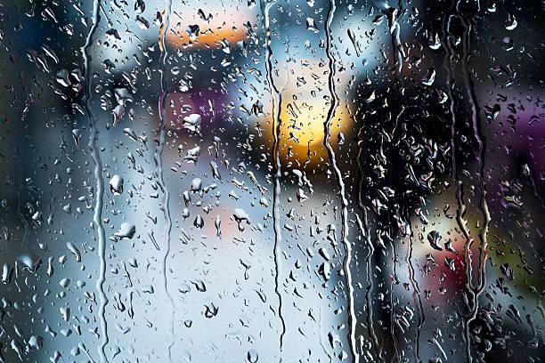 soñar con lluvia fuerte de noche